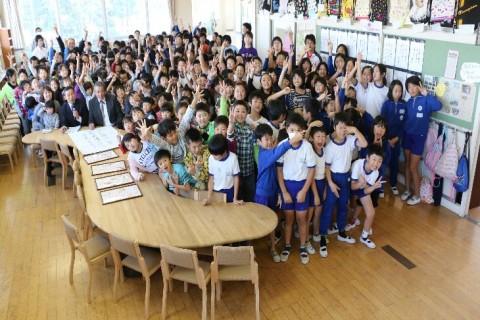 相馬市立飯豊小学校へ木製椅子寄贈